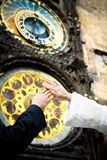Hände von eben geheiratet auf Borduhrhintergrund Lizenzfreie Stockfotografie