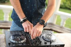 Hände von einem Berufs-DJ auf dem Prüfer mischen Musik lizenzfreie stockfotos