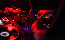 Hände von einem DJ auf der Konsole stockfotos