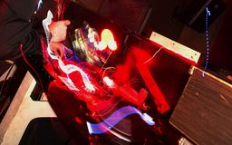 Hände von einem DJ auf der Konsole stockfotografie