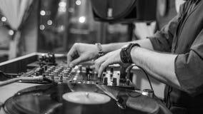 Hände von einem DJ, das mit Vinylaufzeichnungen spielt lizenzfreie stockfotografie