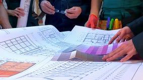 Hände von Erbauerleuten arbeiten an Zeichnungen an der Baustelle stock video