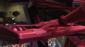 Hände von Männern spielen auf synth Klavierkonzert stock video footage