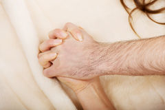 Hände von weiblichem und von Mann liegend auf Bett Stockbilder