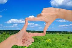 Hände, welche die landwirtschaftliche Landschaft ernten Stockbild