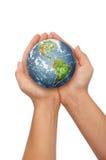 Hände, welche die Welt anhalten Lizenzfreie Stockfotos