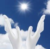 Hände, welche heraus die Sonne erreichen Stockbilder