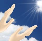 Hände, welche heraus die Sonne erreichen Stockbild