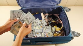 Hände zählt Los Geld Vorbereiten zur Migration oder für Entweichen aus dem Land Frau zählt Geld und stock video footage