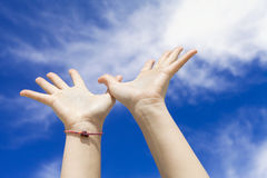 Hände zum Himmel Stockfoto
