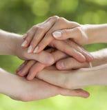 Hände zusammen angeschlossen Stockfotos