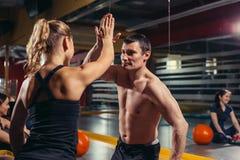 Hände zusammen - Eignungsteamtraining - hohe fünf stockfotografie