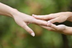 Hände zusammengehalten Stockbild