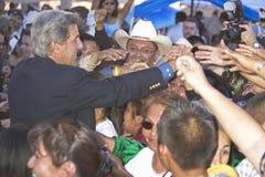 Händedrücke des Senators John Kerry mit Publikumsbauteilen der 83 Lizenzfreie Stockfotografie