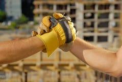 Händedruck über Baustelle Stockfotografie