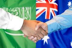Händedruck auf Saudi-Arabien und Australien-Flagge Hintergrund stockfoto