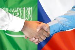 Händedruck auf Saudi-Arabien und der Tschechischen Republik Flagge Hintergrund stockfoto