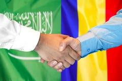 Händedruck auf Saudi-Arabien und Moldau-Flagge Hintergrund lizenzfreies stockfoto