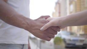 Händedruck des nahöstlichen Mannes und der kaukasischen Frau vor Stadthintergrundnahaufnahme Liebe, Freundschaft, das romantische stock footage
