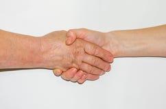 Händedruck eines jungen Mädchens und der Großmutter Lizenzfreies Stockbild