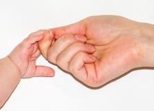 Händedruck eines jungen Mädchens und des Babys Lizenzfreie Stockfotografie