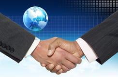Händedruck für Geschäft und Welt stockbild