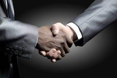 Händedruck - Hand, die ein Schwarzes anhält Lizenzfreies Stockbild