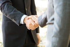 Händedruck mit zwei Geschäftsmännern zusammen Zeichen des Abkommens erfolgreich stockbilder