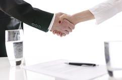 Händedruck, nachdem ein Vertrag unterzeichnet worden ist lizenzfreie stockfotografie