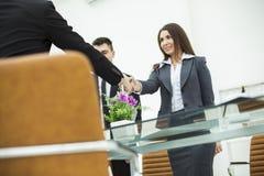 Händedruck von Teilhabern nach Diskussion über den Vertrag an dem Arbeitsplatz in einem modernen Büro Lizenzfreie Stockfotografie