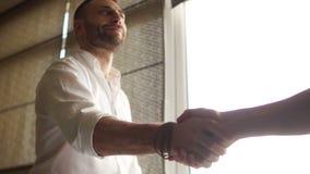 Händedruck von zwei Geschäftskollegekollegen Ansicht von unten Die goldene Taste oder Erreichen für den Himmel zum Eigenheimbesit stock video