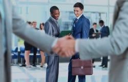 Händedruck vor Geschäftsleuten Lizenzfreies Stockfoto