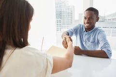 Händedruck zum Versiegeln ein Abkommen nach einem Geschäftstreffen Lizenzfreies Stockfoto