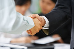 Händedruck zwischen Angestelltem und Chef Lizenzfreies Stockfoto