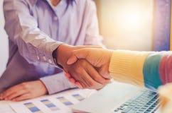 Händedruck zwischen Jointventure Geschäftsmännern Stockfotos