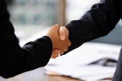 Händedruck zwischen zwei Geschäftsfrauen Lizenzfreie Stockfotos