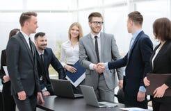 HändedruckTeilhaber bei einer Sitzung im Büro Stockbild