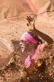 Händelse för körning för kvinnafärgstänkMuddy Water At Dirty Girl gyttja Arkivbilder