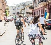Händelsecykeldagen Cyklister, vuxna människor och barn, deras stående fotografering för bildbyråer