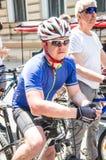 Händelsecykeldagen Cyklister, vuxna människor och barn, deras stående royaltyfri fotografi