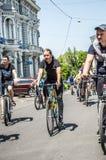 Händelsecykeldagen Cyklister, vuxna människor och barn, deras stående arkivbild