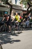 Händelsecykeldagen Cyklister, vuxna människor och barn, deras stående royaltyfri foto
