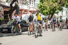Händelsecykeldagen Cyklister, vuxna människor och barn, deras stående royaltyfri bild