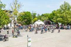Händelsecykeldagen Cyklister, vuxna människor och barn, deras stående arkivfoton