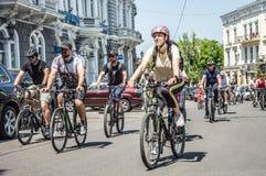 Händelsecykeldagen Cyklister, vuxna människor och barn, deras stående royaltyfria foton