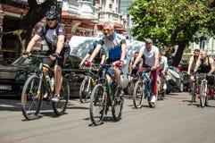 Händelsecykeldagen Cyklister, vuxna människor och barn, deras stående arkivbilder