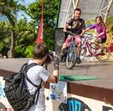 Händelsecykeldagen Cyklister, vuxna människor och barn, deras stående royaltyfria bilder
