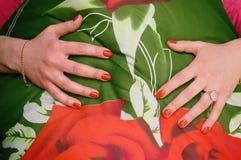 Händer över en filt Royaltyfri Foto