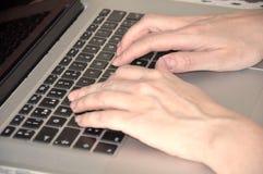 Händer över ett tangentbord Royaltyfri Bild