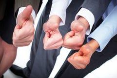 Händer av affärsfolk med tummar Arkivfoto